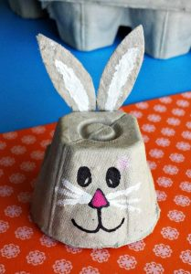 conejo de carton de huevo